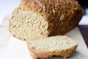 Verjetno je kdo že preizkušal in kruh delal brez kvasa. Nadomestek zanj je pogosto vinski kamen, a težava nastane, če želite rahel kruh. Meni je to uspelo z izredno enostavnim receptom, pa še izognil sem se nadležnemu čakanju ob vzhajanju.